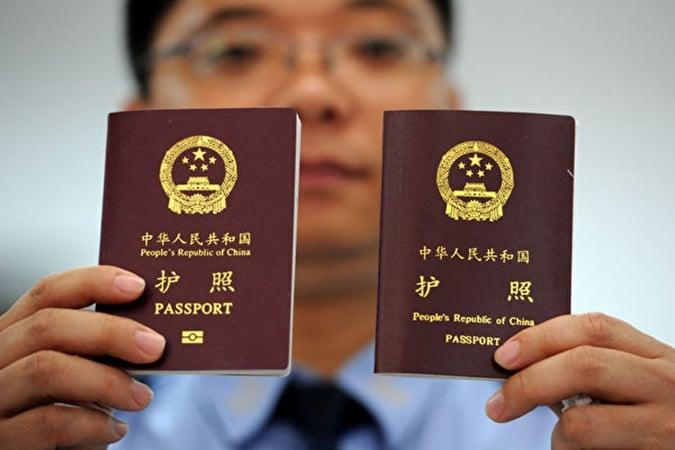 7月30日,中共移民管理局宣佈,非緊急非必要不出境,旅遊目的申辦護照的一律不簽發。(Omar Havana/Getty Images)