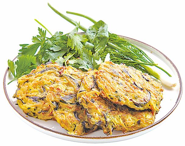 甜菜根煎餅可做早餐、點心或宵夜,食材簡單又營養。