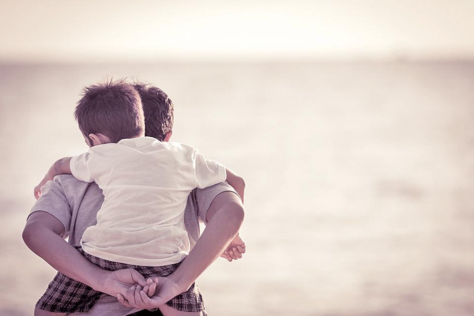 為了一個共同的課題,父母子女同降一世,相親相愛成為一家人,彼此也只有在寬容中,才能完成上蒼賦予的共同選題(Shutterstock)
