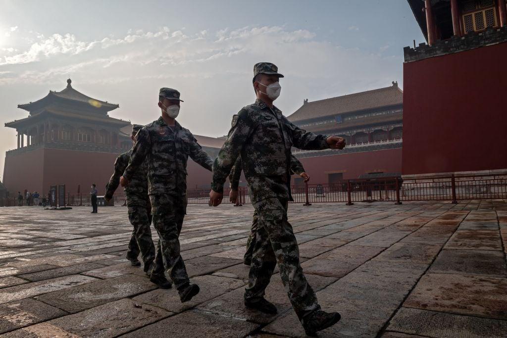 2020 年 5 月 21 日,中共政協閉幕式在北京舉行。圖為士兵們正在紫禁城入口處巡邏。(NICOLAS ASFOURI/AFP via Getty Images)