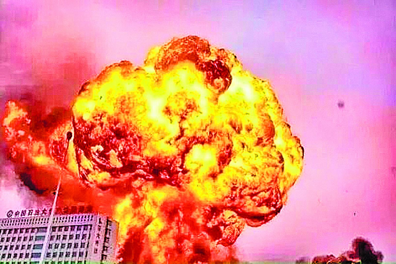 2015年7月16日早上7時38分,山東日照石化企業起火爆炸,已發生4次爆炸,大火已蔓延至9個罐體。(網絡圖片)