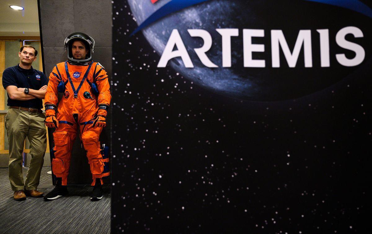 2019年10月15日,在華盛頓特區舉行的新聞發布會上,高級宇航服工程師克里斯汀·戴維斯(左)站在獵戶座乘員生存系統首席工程師達斯汀·戈默特(右)旁邊,展示作為阿提米絲(Artemis)登月計劃一部分的下一代宇航服。 (ANDREW CABALLERO-REYNOLDS/AFP via Getty Images)