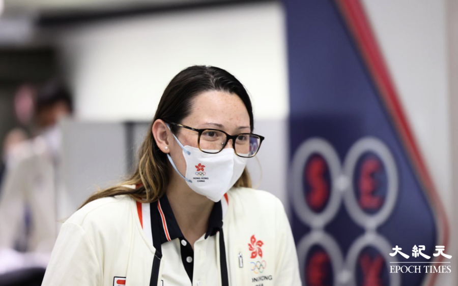 香港奧運代表隊凌晨步出機場 何詩蓓帶兩銀牌抵港 往酒店檢疫