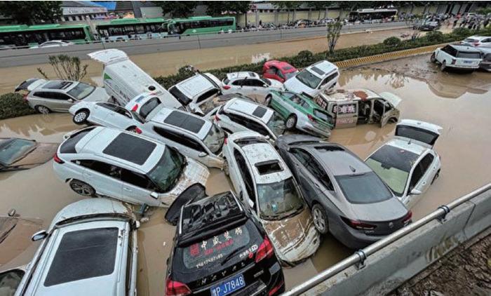 2021年7月21日,河南省鄭州市,被洪水沖走的汽車堆疊在一起。(STR/AFP via Getty Images)