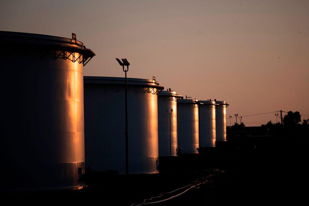 受到Delta變種病毒疫情衝擊,與實體經濟需求息息相關的國際原油價格昨(3日)下挫,布蘭特原油下跌0.66%至72.41美元/桶,西德州原油跌0.98%至70.56美元。(JOHANNES EISELE/AFP via Getty Images)