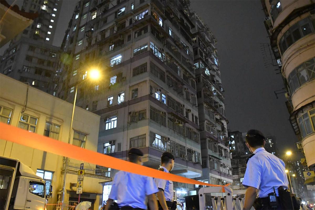 昨晚8時,警方將深水埗東廬大廈A座,及對開一段石硤尾街封閉,劃為受限區域。(麥碧/大紀元)