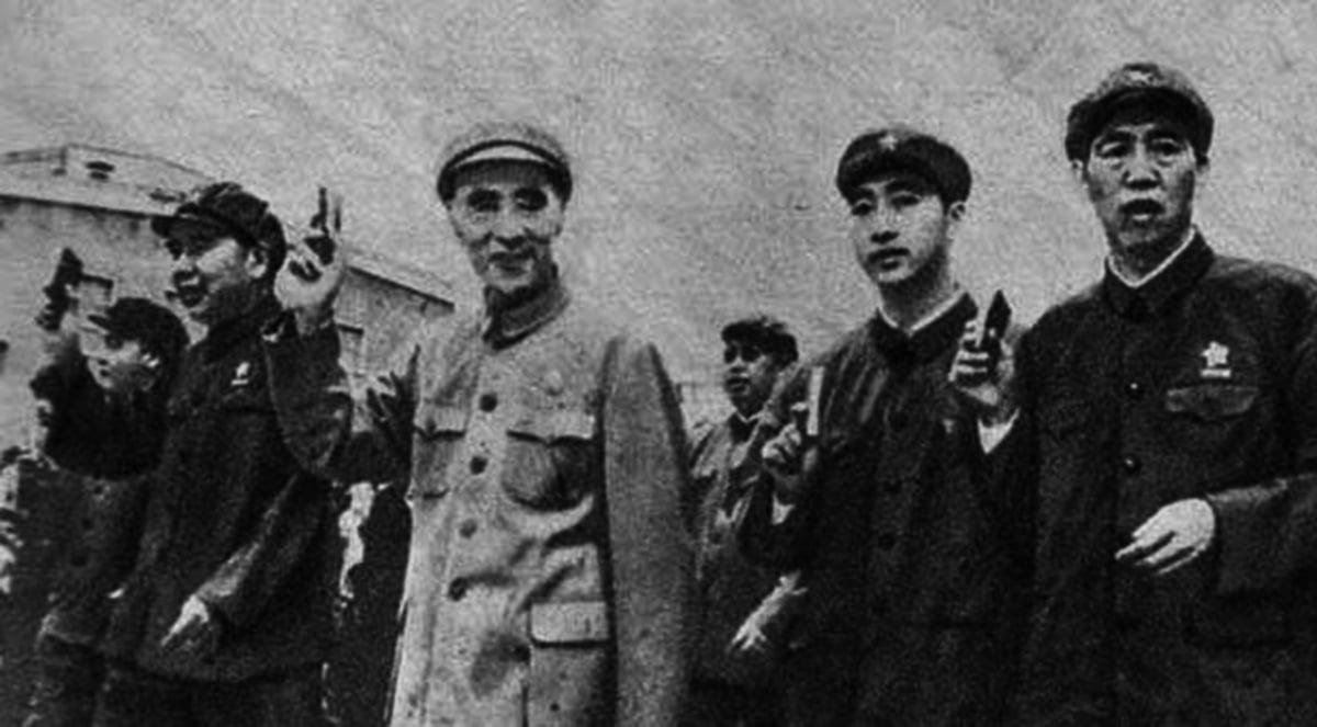 林立果(右二)是林彪(中間)和葉群唯一的兒子。(維基百科)
