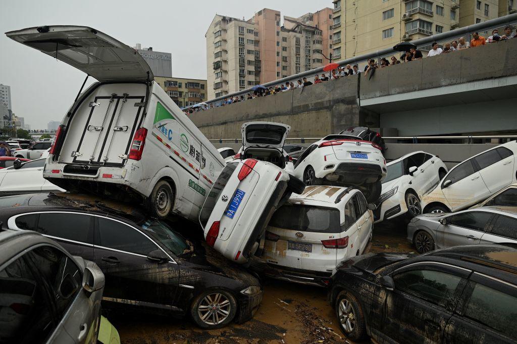 8月2日,中共宣布成立國務院調查組,對河南鄭州「7·20」特大水災進行調查,並對瀆職者追責。圖為7月22日水災過後,堆積在鄭州京廣北路隧道中的大量被洪水浸泡的汽車。(NOEL CELIS/AFP via Getty Images)
