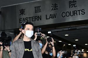 黃耀明獲撤銷指控 庭外唱歌鼓勵香港人