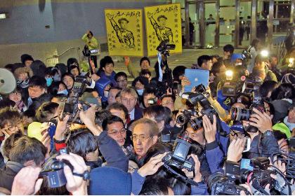 雖然港大校委會成員一致通過,成立小組檢討《香港大學條例》,但具體內容只有校委會主席李國章才能公佈。學生不滿校委會變相拖延,李國章企圖離開時將他包圍,學生又高叫「李國章下台」、「改革校委會」等口號,及要求與李對話。(潘在殊/大紀元)