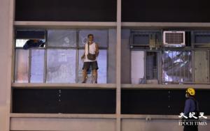 【突發】一名男子傍晚危坐旺角警署二樓外 曾大聲高呼警察殺人呀