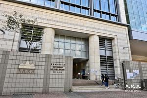 涉張貼恐嚇唐英傑案法官海報 男子被控「展示煽動刊物」今午西九提堂