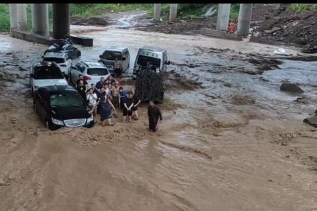 8月8日,受暴雨影響,重慶渝北區洛磧鎮23人被困滬渝高速桂灣立交橋下。(影片截圖)