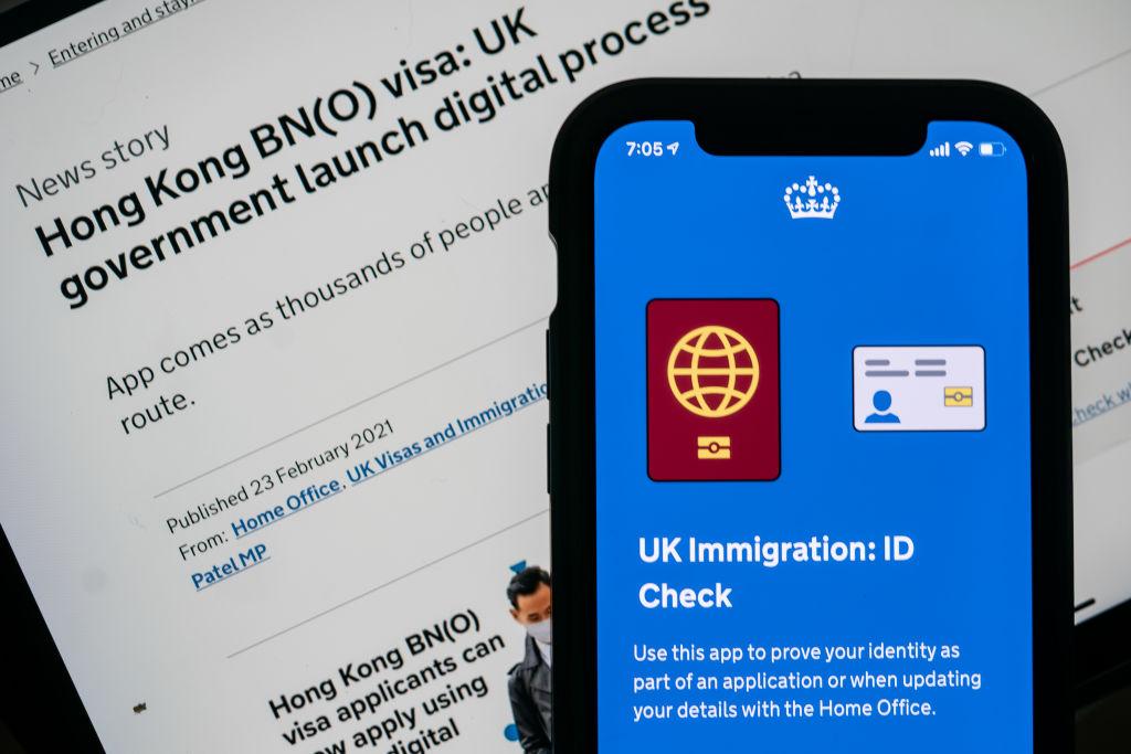 英國政府表示,有中共間諜冒充港人,企圖通過英國為持有海外護照(BNO)的香港人提供的簽證潛入英國。( Anthony Kwan/Getty Images)