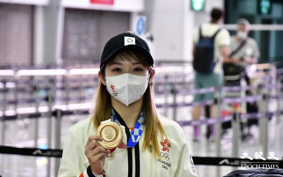 東奧8.10|劉慕裳載譽而歸  一眾親友接機場面溫馨
