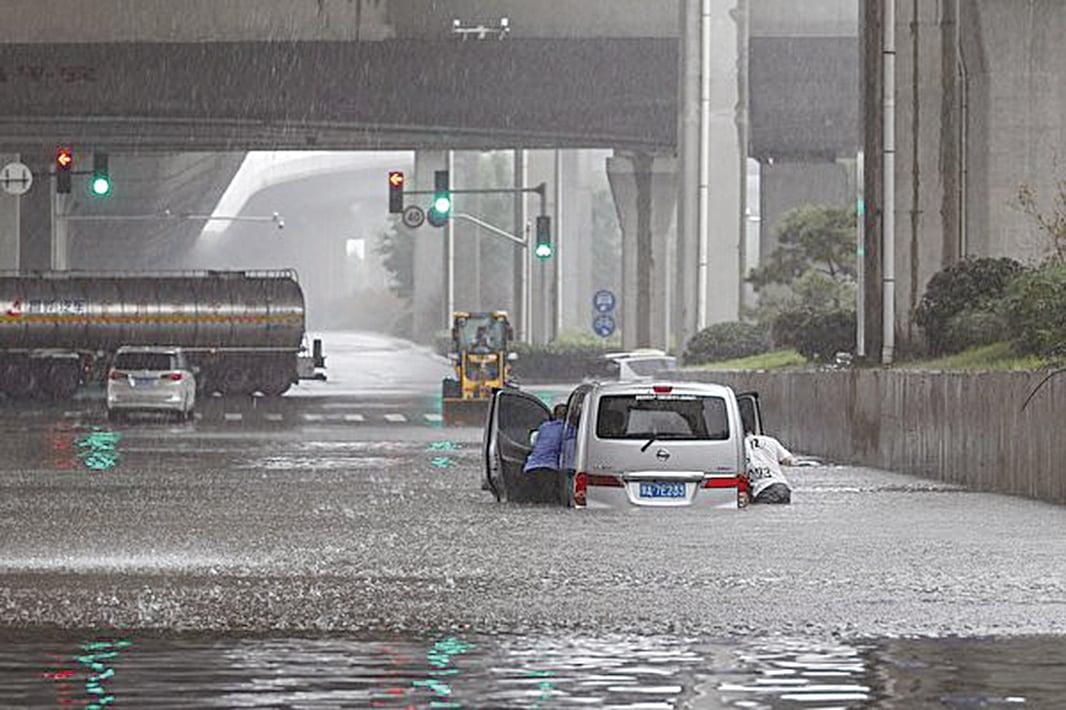 鄭州7月20日遭遇特大暴雨襲擊,變成水鄉澤國。(STR/AFP via Getty Images)