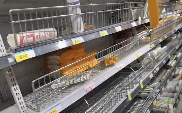 疫情下的鄭州某小區因封區管控物質被搶購所剩無幾。(視頻截圖)