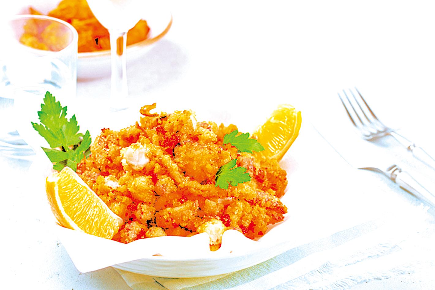 在炸海鮮拼盤中加入香草,讓料理味道更豐富。