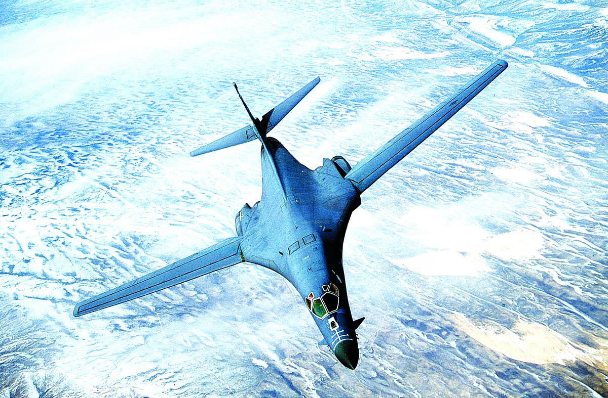 B-1B槍騎兵是具低空滲透能力的超音速可變後掠翼重型遠程戰略轟炸機,在平坦地面上可降至60米高度飛行。(Getty Images)