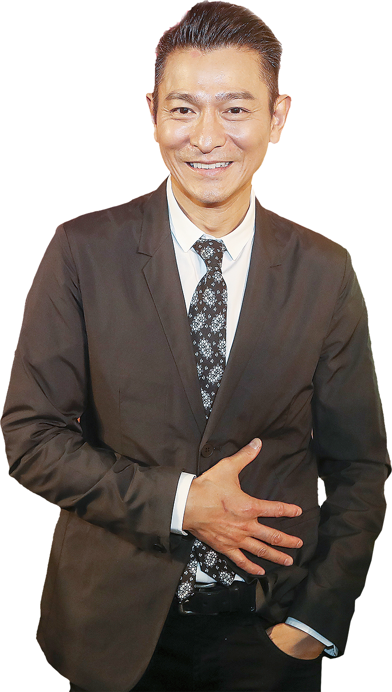 劉德華(華仔)昨日以香港殘奧會副會長身份,出席「里約2016殘疾人奧運會-並肩作戰!祝捷會暨嘉許禮」,並大讚運動員的不屈精神與卓越成績。已經許久未在港開演唱會的華仔透露12月就入紙明年開跨年演唱會,預計有20場,麻煩大家讓讓路。 華仔讚運動員鬥志可嘉 里約2016殘奧會圓滿落幕,香港運動員再次取得佳績,共獲2金2銀2銅,在亞洲區排名第九位。對本地殘疾運動員一直給予支持的華仔大讚運動員鬥志可嘉:「他們已非常盡力,希望大家繼續支持他們。」華仔與運動員及隨團工作人員逐一握手並大合照。 明年跨年個唱將開20場 四大天王中,今年只有華仔未開演唱會,被問及何時會開演唱會時,華仔表示:「12月就入紙明年開跨年演唱會,如果其他人想入就請讓一讓。(開多少場?)如果政府不阻止的話,我這麼多年都是20場,沒有想要加多,加多了怕有壓力。」華仔還透露,6月將會推出廣東大碟。 華仔願和家人一起慶生 華仔即將要過55歲生日,被問及將會如何慶祝時,華仔表示去年生日是同歌迷一起慶祝的,今年希望能和家人在家裏開生日會就好。被問及女兒劉向蕙是否會送禮物給他?華仔笑言:「她有甚麼可送?還不是我自己買!(會否畫生日卡送給你?)那也是我捉住她的手畫給自己。」雖如是說,不過卻可看出華仔幸福滿滿。被問及會不會和太太朱麗倩再生多個,華仔笑言:「這些事我們都是隨緣的。」◇