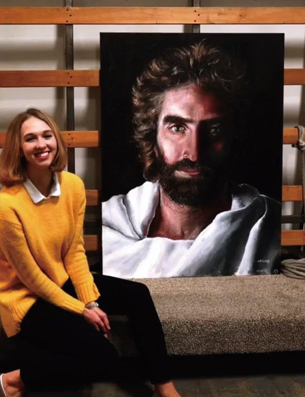 阿琪雅娜(左)和在夢中教她畫畫的老師像,這幅作品名為「和平之子」。(未解之謎影片截圖)