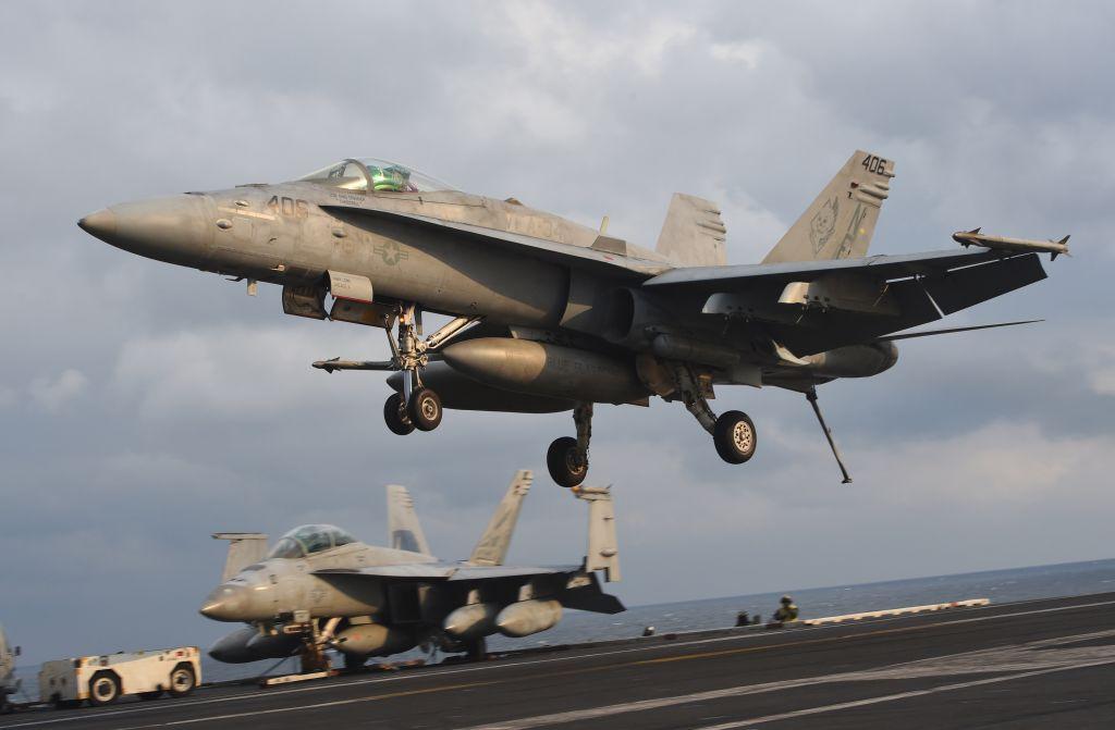 美國和韓國8月10日啟動聯合預演之際,韓國執政黨就中共公開要求停止韓美聯合軍演一事做出強烈譴責。圖為2017年3月14日,在朝鮮半島東部海域舉行的韓美聯合軍演中,F/A-18戰鬥機正在尼米茲級航空母艦卡爾文森號的甲板上著陸。( JUNG YEON-JE/AFP via Getty Images)