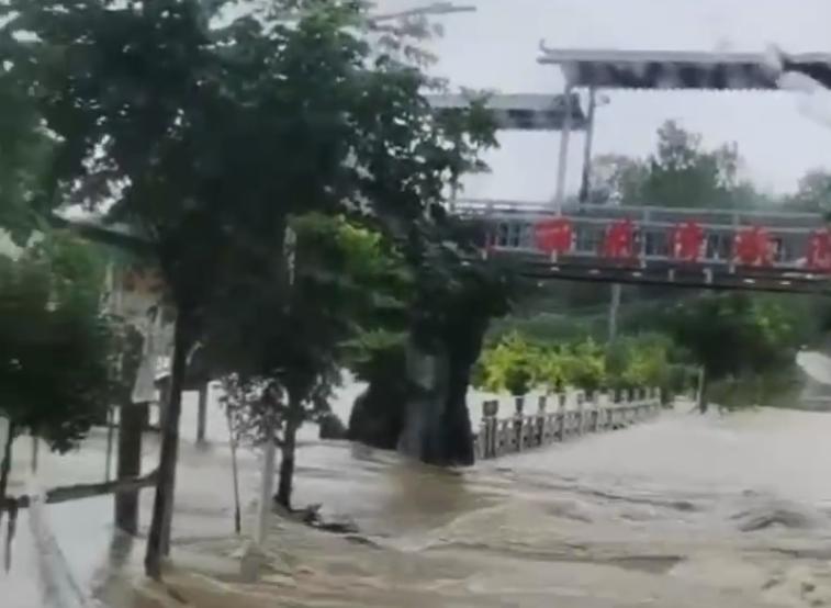 影片顯示,柳林鎮中心洪水湍急,水位猛漲至二樓,有人員被沖走。(影片截圖)