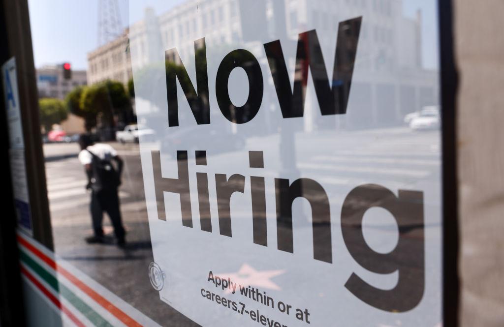 美國於當地時間8月12日公布一周截至7/8的首領失業救濟金人數為37.5萬,按周減少了1.2萬人。(Mario Tama/Getty Images)