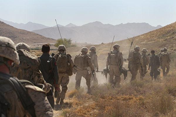 阿富汗局勢進一步惡化,現時已有12個省會落入塔利班手中,並逼近首都喀布爾。美國將部署3,000名軍人協助撤僑和相關人員。圖為美國海軍陸戰隊成員於2010年在阿富汗執行任務。(Scott Olson / Getty Images)