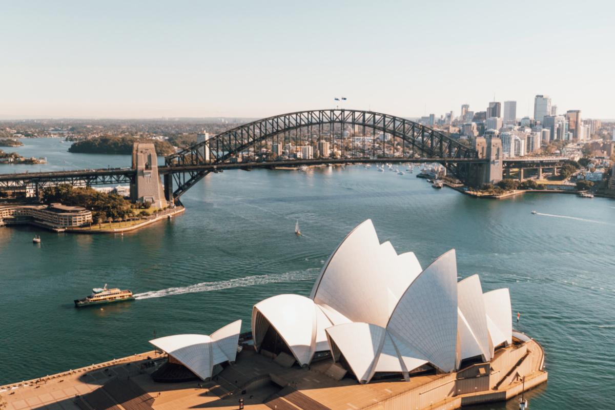 澳洲移民局將針對技術移民的審理順序作出調整,並列出11款對所有人最優先審批的簽證,其中在六大類別簽證中,香港人的申請更可再獲優先審批。(Photo by Caleb Russell on Unsplash)