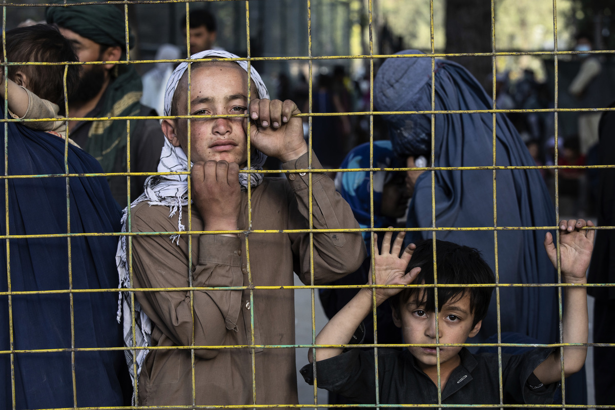 阿富汗塔利班叛亂分子已逼進首都,美英等國派兵緊急協助撤離僑民。歐洲6國警告難民潮。流離失所的阿富汗難民湧入首都喀布爾。(Photo by Paula Bronstein/Getty Images)