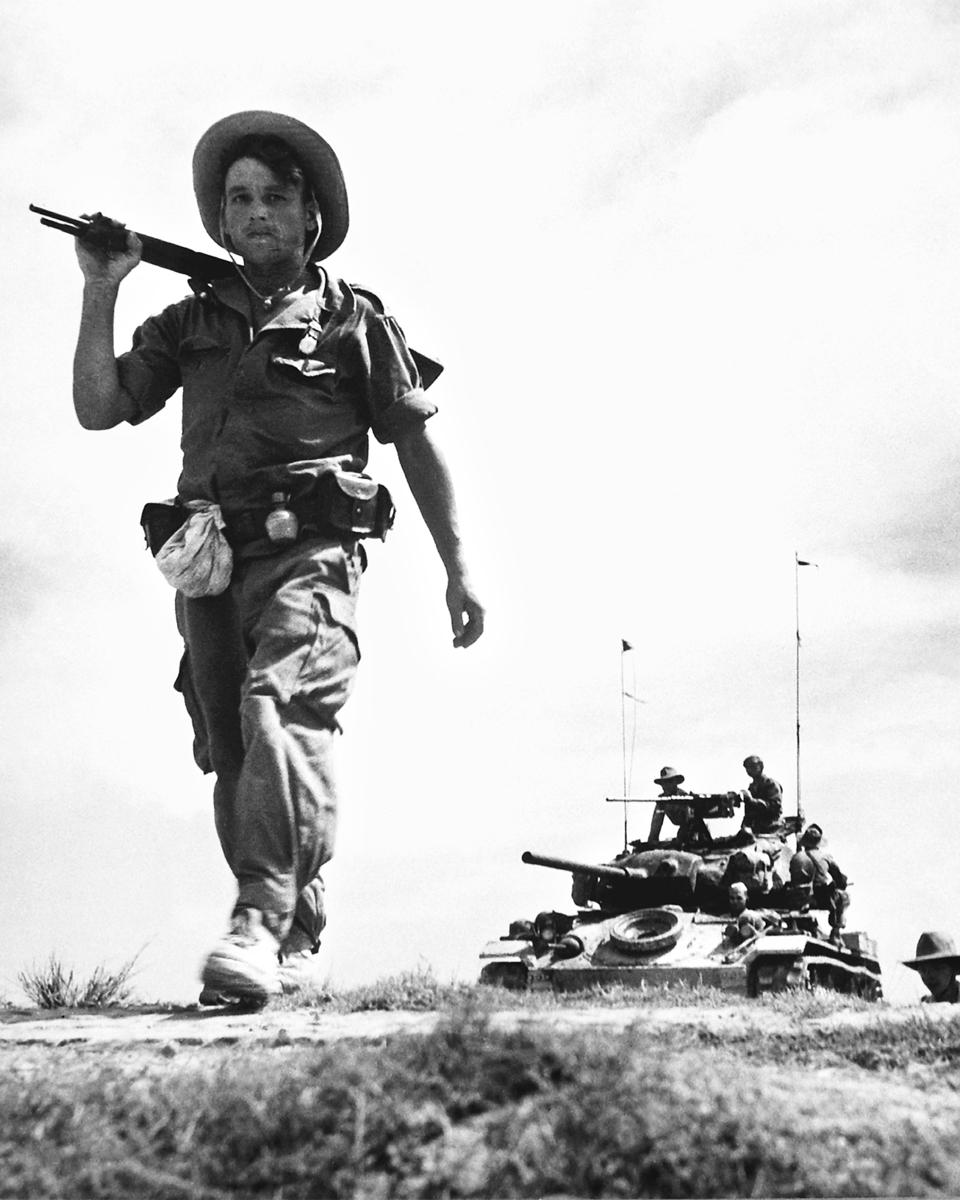 法、越戰爭中,一名法國外籍兵團士兵途經法國控制地區。(維基百科)