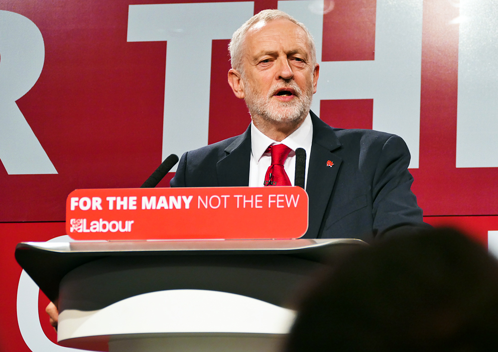 2015年9月,郝爾彬以得票近60%的壓倒性優勢當選工黨黨魁。他長期高調參與同性戀、雙性戀、跨性者等社團權益的活動。(維基百科)