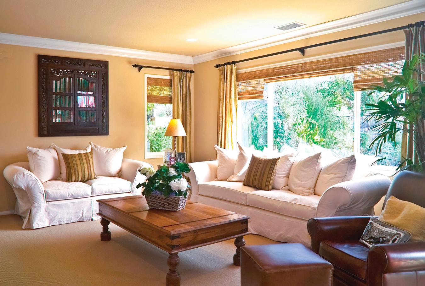 家中可選用遮光捲簾,可避免陽光直射室內。