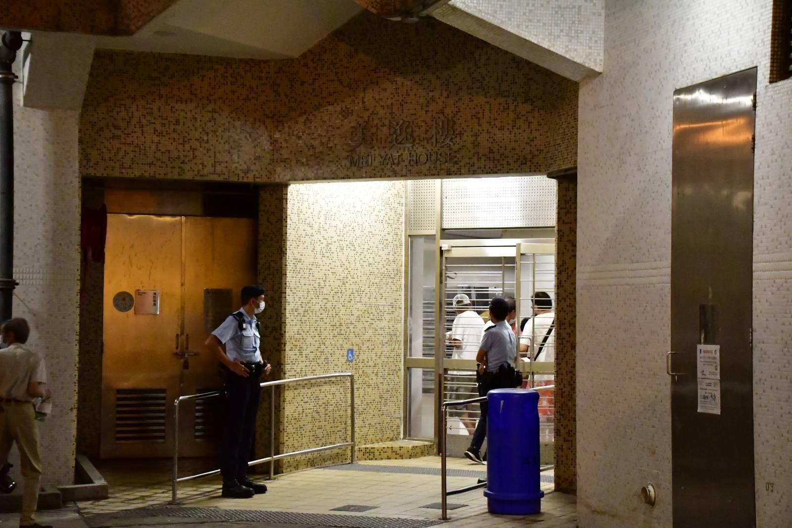 一名居住於東涌逸東(二)邨美逸樓的機場貴賓室女職員初步確診L452R變種病毒。政府昨日在逸樓封區強檢。(麥碧/大紀元)(麥碧/大紀元)