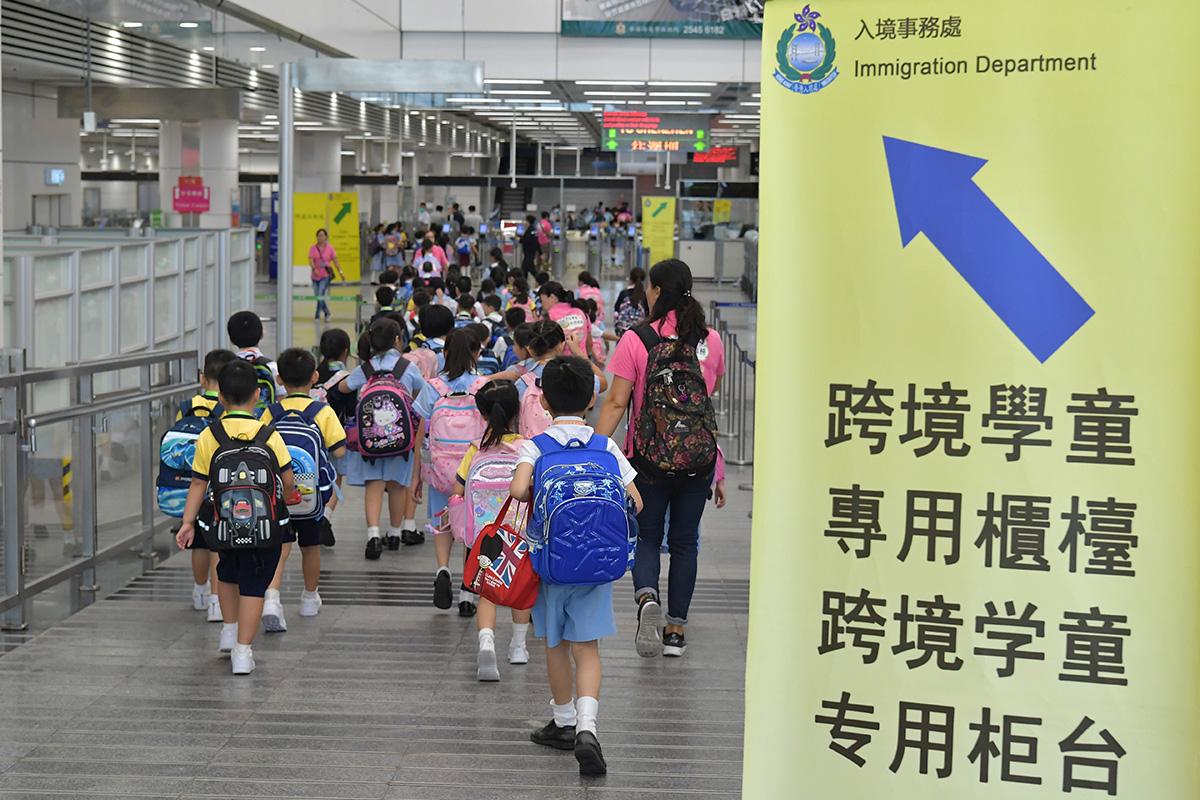 上水鳳溪第一小學校長朱偉林表示,疫情影響跨境學生來港就讀意欲,如果新學年未能通關,相信退學情況會更嚴重。圖為跨境學生。(政府新聞處)