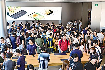 蘋果手機iPhone 7從9月16日起正式開賣。不少「果迷」在香港5間蘋果分店外排隊。(郭威利/大紀元)