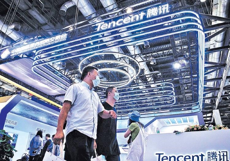 2020年9月6日,在北京舉辦的中國國際服貿展上,參觀者走過騰訊公司的展位。目前騰訊等互聯網科技企業正遭受中共的連番打壓。(Getty Images)