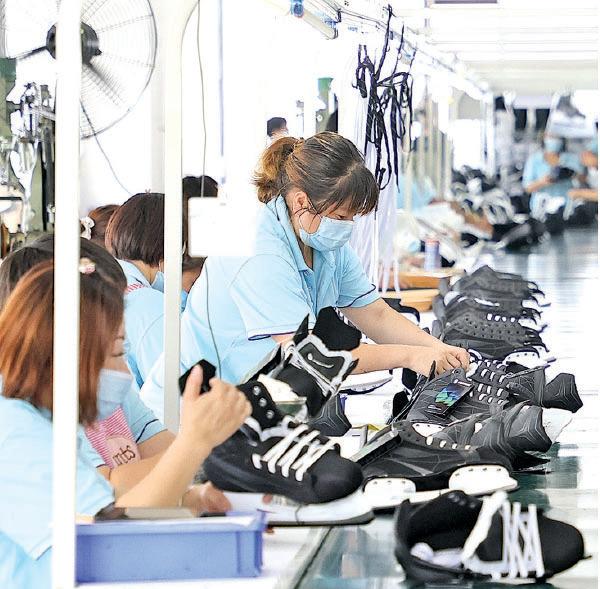 7月15日,張家口一家運動設備工廠內的生產線。(GettyImages)