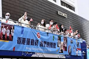 東奧代表隊坐開蓬巴士凱旋巡遊 市民街上熱烈祝賀