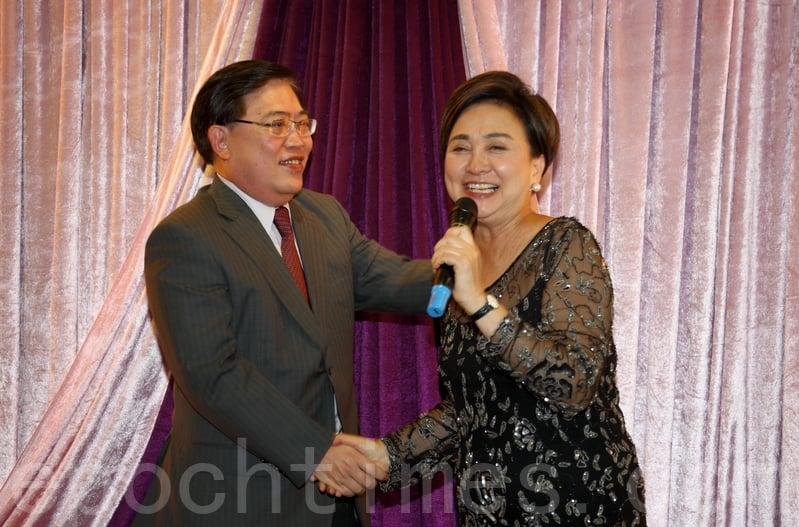 趙應春(右)指劉慧卿當年做無線採訪主任時言論大膽,令現場人士大為驚訝。(李逸/大紀元)