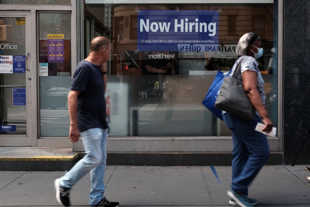 美國於當地時間8月19日公布,一周截至14日的首領失業救濟金人數為34.8萬,按周減少了2.9萬人。(Spencer Platt/Getty Images)