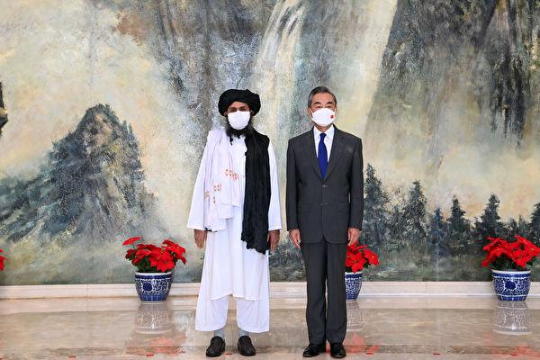 中共外長王毅7月28日在天津會見了塔利班二號人物巴拉達爾率領的代表團。(AFP)