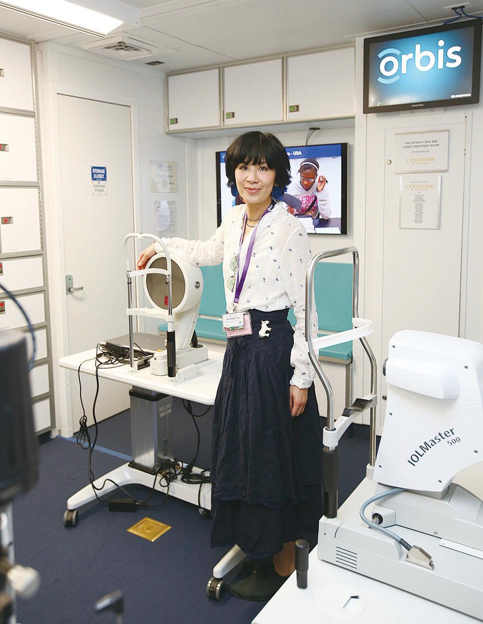 吳君如參觀眼科飛機上的新儀器設備。(公關提供)