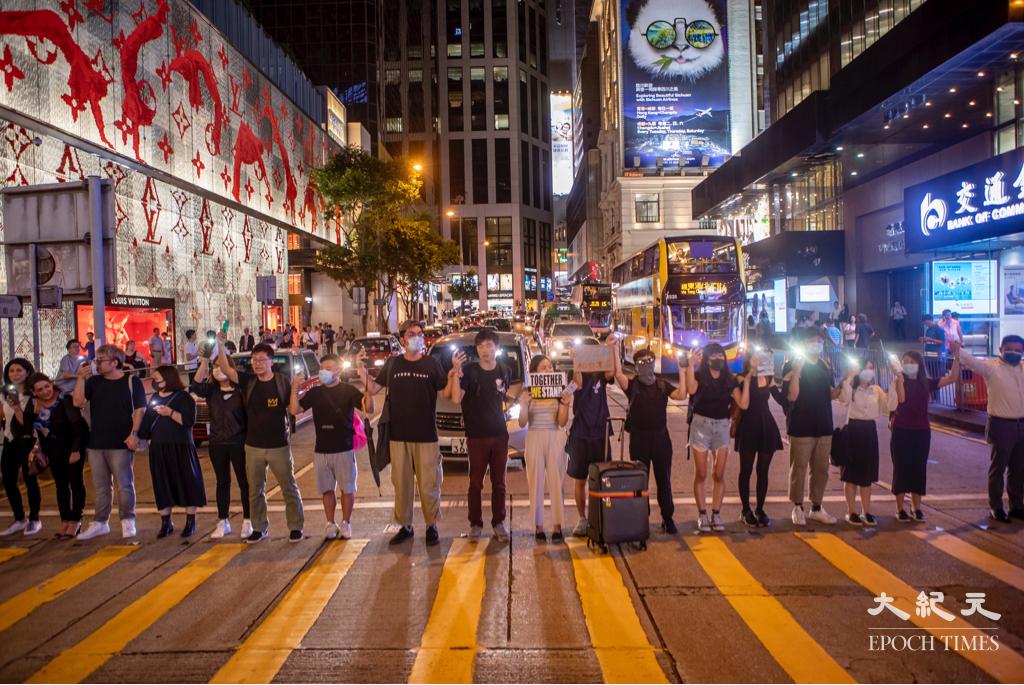 港人 Iverson Ng 今(23日)在波羅的海三國舉辦1989 Baltics - 2019 Hong Kong展覽,展示「香港之路」和「波羅的海之路」的關係。圖為2019年香港市民組成「香港之路」。(余鋼/大紀元)