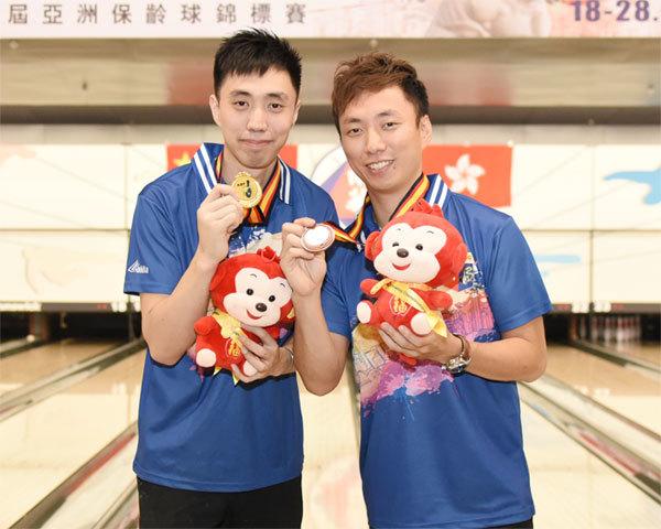 麥卓賢(左)及胡兆康分別奪獲個人全能賽金牌及銅牌。(香港保齡球總會提供)