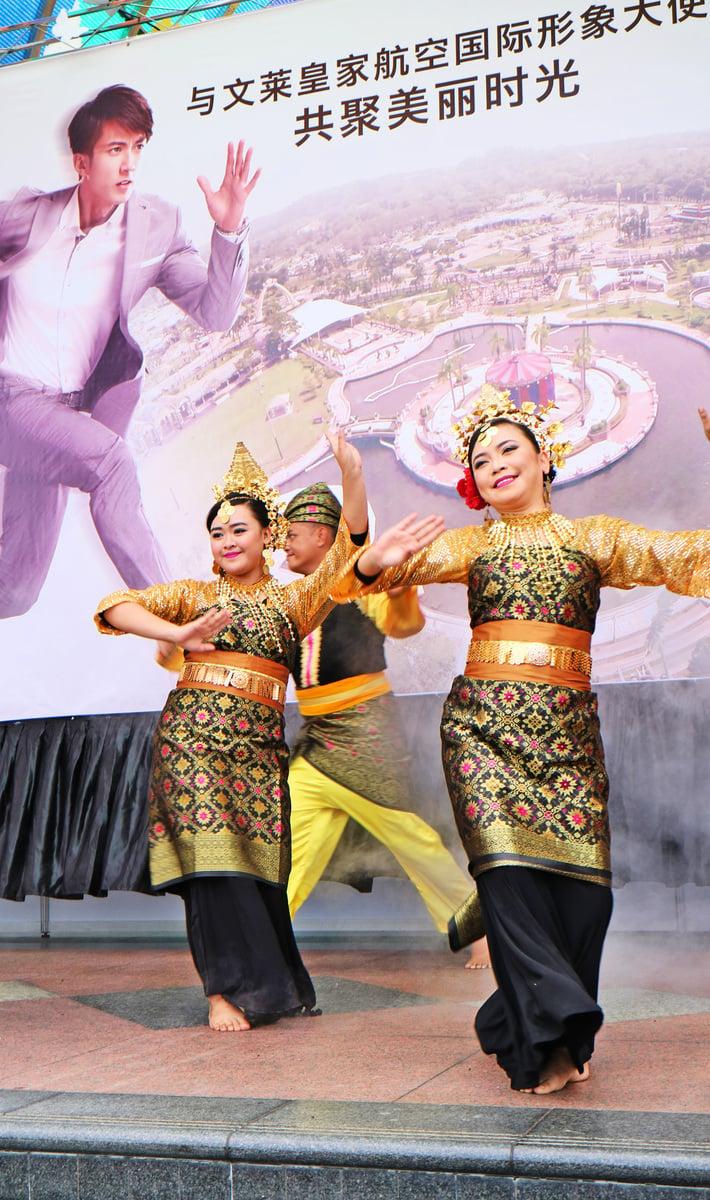 在Jerudong游樂園的活動上,吳尊分享文萊好去處,還有傳統舞蹈表演,現場粉絲熱情高漲。(安兒)