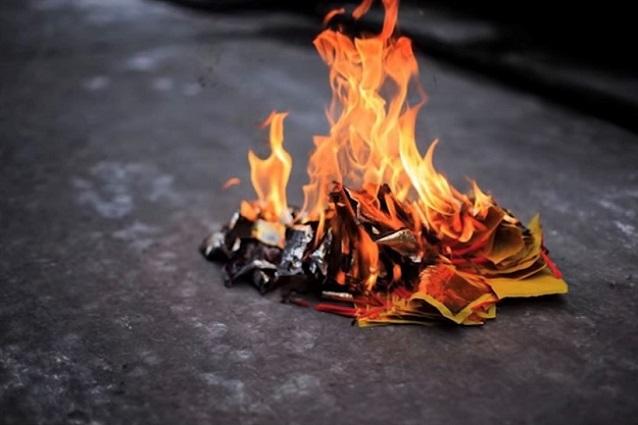 中國有千年習俗,給逝去的人燒紙代表哀思與寄托。(視頻截圖)