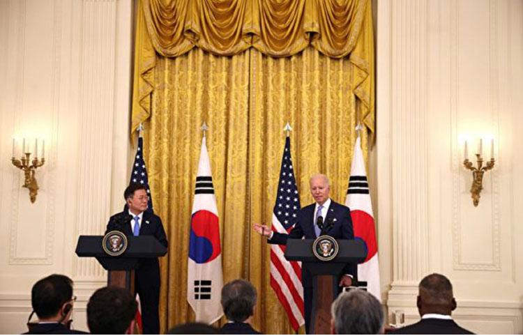 2021年5月21日,美國總統拜登在白宮會晤南韓總統文在寅,談及半導體產業供應與產業鏈等問題。(Anna Moneymaker/Getty Images)