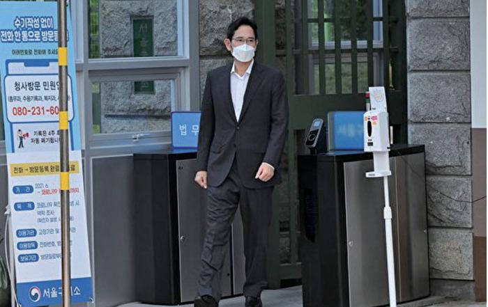三星電子副會長李在鎔2021年8月13日獲假釋出獄,當天上午10時走出首爾看守所。(Jung Yeon-je/AFP via Getty Images)